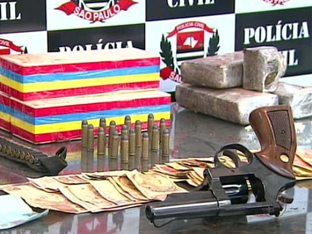Entorpecentes e materiais foram apreendidos após denúncia em Ribeirão (Foto: Reprodução EPTV)