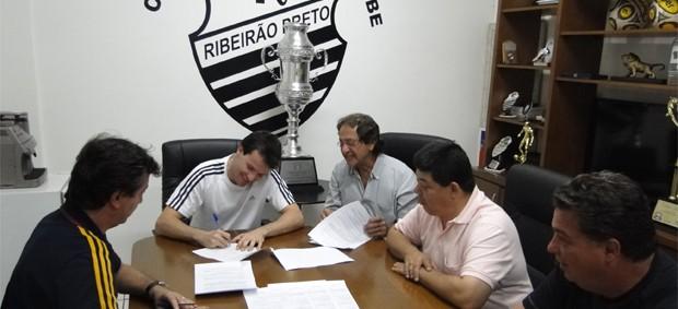 Daniel Paulista assina contrato com Comercial (Foto: Assessoria de Imprensa Comercial FC)