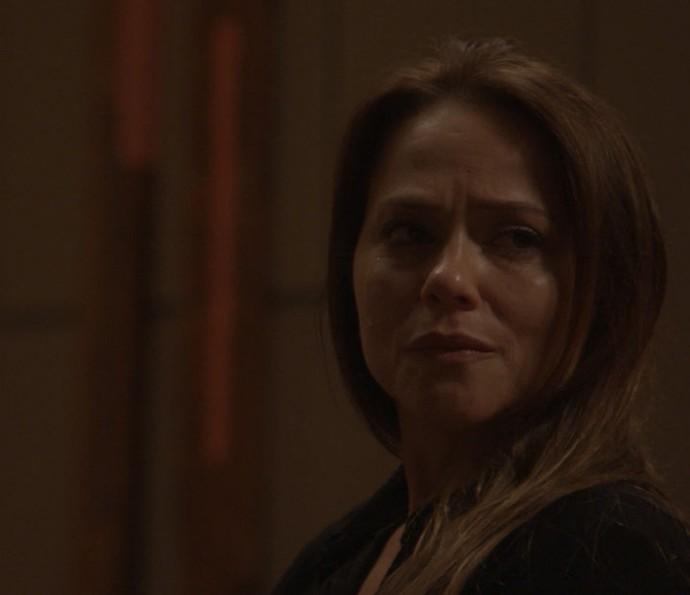 Lili está chorando após morte de Sofia quando Rafael chega (Foto: TV Globo)