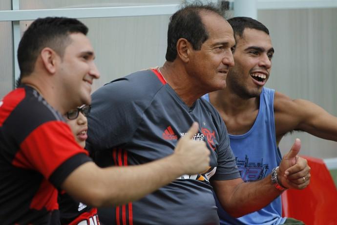 Muricy foi muito tietado no último treino antes do jogo (Foto: Gilvan de Souza/Fla Imagem)