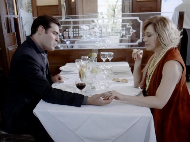 Marcos e Samantha planejam separar Laura e Caíque (Foto: TV Globo)
