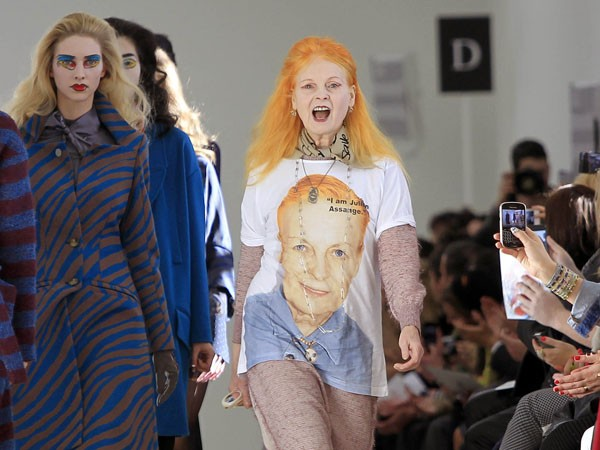 Vivienne Westwood com camiseta em homenagem a Julian Assange (Foto: Getty Images)