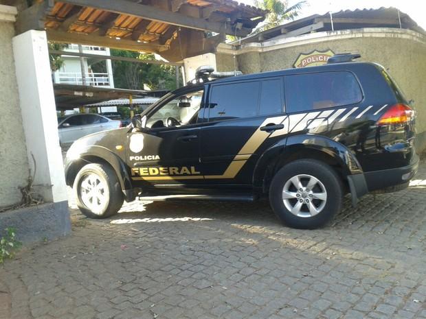 Presos estão sendo levados  para a Polícia Federal em Montes Claros (Foto: Michelly Oda/ G1)