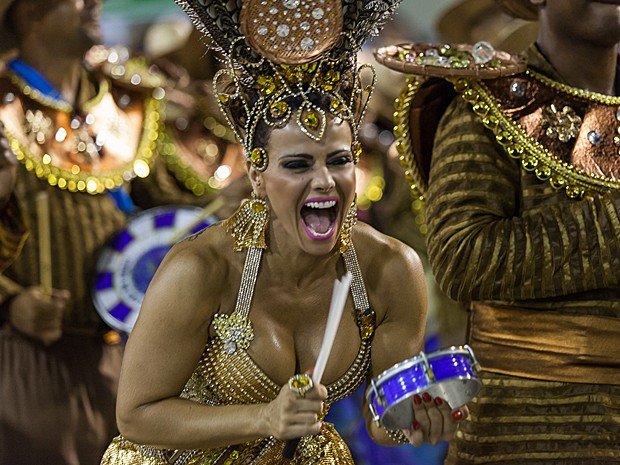 Vivi Araújo mostra muita empolgação e toda sua habilidade com o tamborim  (Foto: Artur Meninea / Gshow)