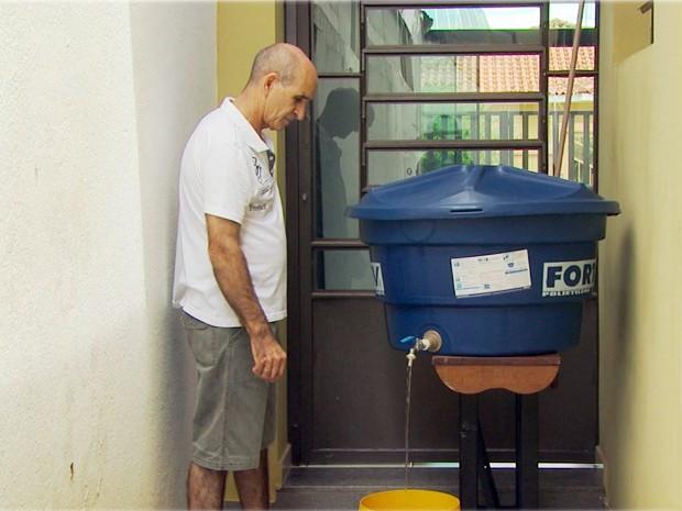 Taxista de Monte Sião criou 'equipamento' que economiza até 600 litros de água do chuveiro (Foto: Michel Diogo / EPTV)