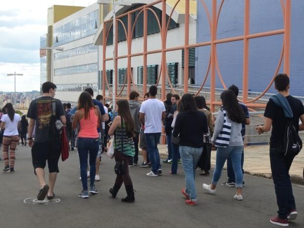 Candidatos chegando para o vestibular de inverno da Unesp em Campinas (Foto: G1 Campinas)