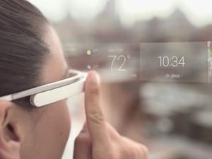 Área sensível ao toque nos óculos permite acessar opções do Glass (Foto: Divulgação/Google)