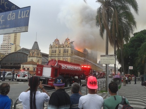 Incêndio no Museu da Língua Portuguesa (Foto: Luciana Rossetto / G1)