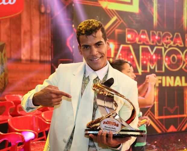 Marcello mostra seu troféu (Foto: Carol Caminha/Ghow)