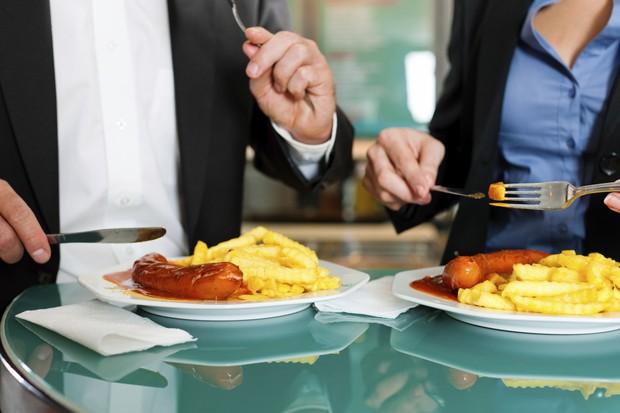 A probabilidade de comer mais quando estamos acompanhados é muito maior (Foto: Thinkstock)