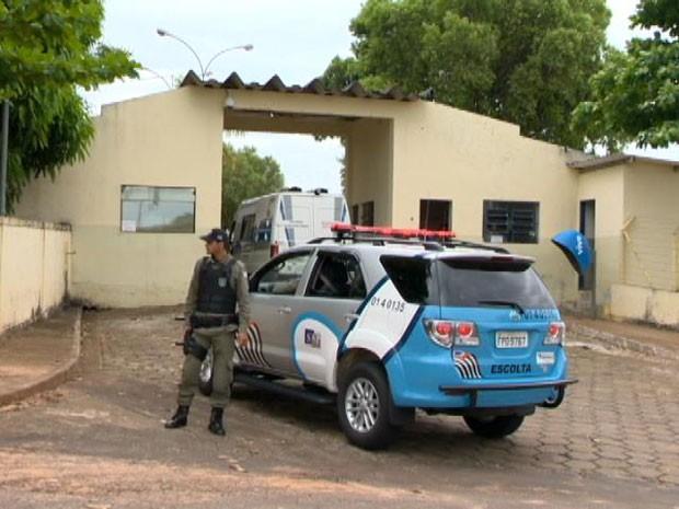 Forte esquema de segurança foi usado na transferência para o RDD neste sábado (12) (Foto: Reprodução/TV Fronteira)