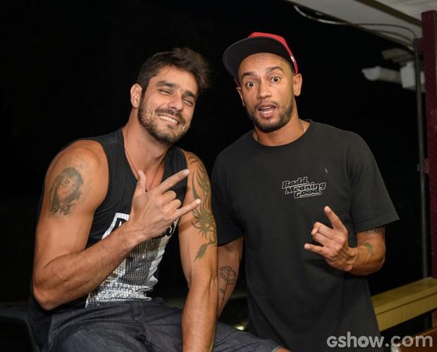 Diego e Slim fazem graça para a câmera (Foto: Camila Serejo / TV Globo)