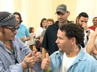 Johnny Depp ajuda crianças com problema de audição no Rio