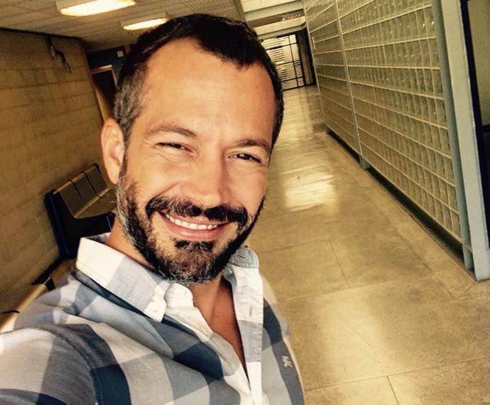 Malvino Salvador em momento selfie nos bastidores do Encontro (Foto: Gshow)