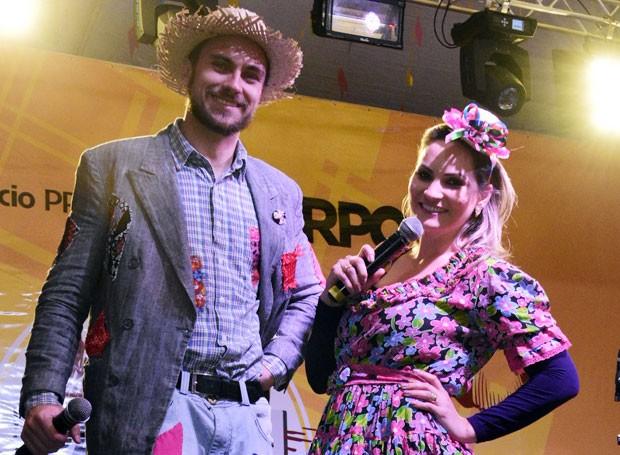 Os apresentadores entraram no clima com caracterização especial para festa junina (Foto: Fernando Benega/ RPC)