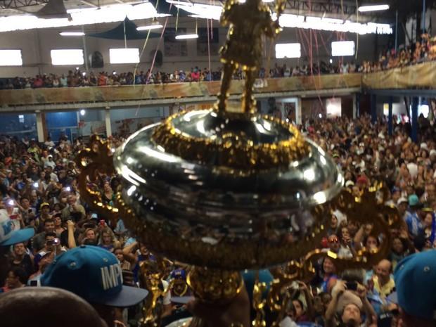 Taça chega à Império da Casa Verde (Foto: Leticia Macedo/G1)