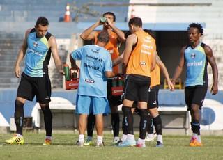 Treino do Grêmio tem `'minicoltivo' com garotos do B (Foto: Diego Guichard)