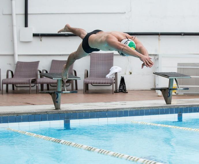 Arthur Aguiar salta na piscina (Foto: Isabella Pinheiro / Gshow)