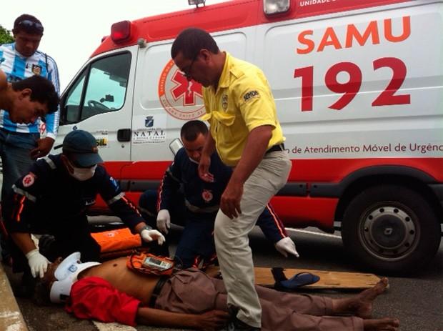 Idoso atropelado foi socorrido pelo Samu e depois levado ao hospital (Foto: Igor Jácome/G1)