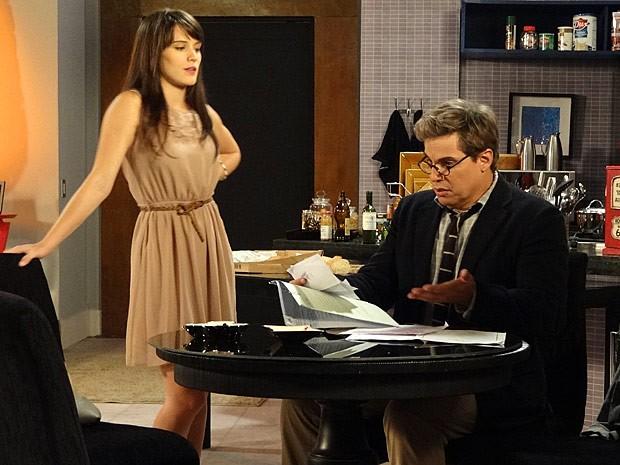 O executivo fica espantado com a papelada (Foto: Guerra dos Sexos / TV Globo)