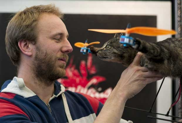 Artista diz que objetivo é homenagear o felino. (Foto: Cris Toala Olivares/Reuters)