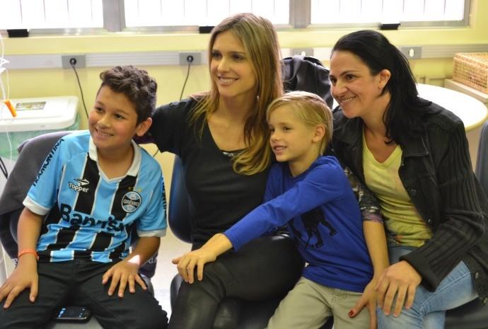 Fernanda posou para fotos com os pacientes do Hospital de Clínicas de Porto Alegre (Foto: Otávio Daros/RBS TV)