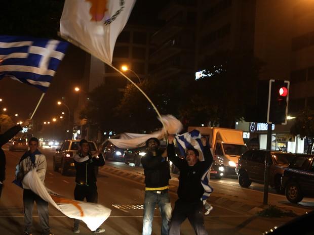 Eleitores comemoram a vitória do candidato Nicos Anastasiadis; político venceu as eleições no Chipre com 57,5% dos votos  (Foto: Patrick Baz/AFP)