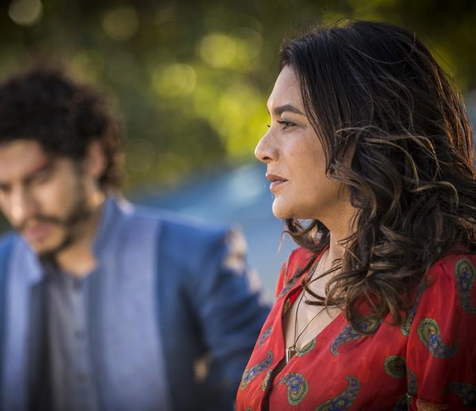 Beatriz fica comovida com a história de Martim (Foto: Inácio Moraes/ Gshow)
