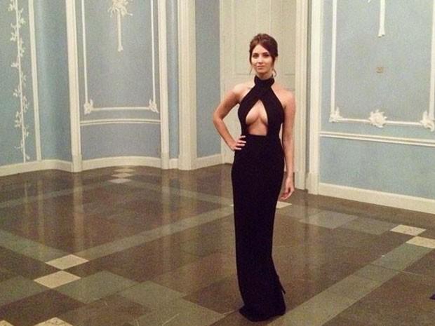 Nikita em seu vestido 'polêmico' na festa da Juventude Conservadora dinamarquesa (Foto: Reprodução/Instagram/NikitaKlaestrup)