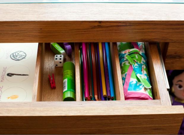 Desenhada pela arquiteta Hana Lerner, as gavetas da escrivaninha ganharam divisões para os materiais de Flor (Foto: Andrea Marques para NaToca/Divulgação)