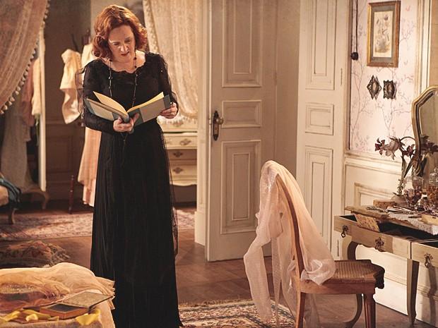 Carlota abre o diário de Alice e vê foto da filha com Jonas (Foto: Lado a Lado / TV Globo)