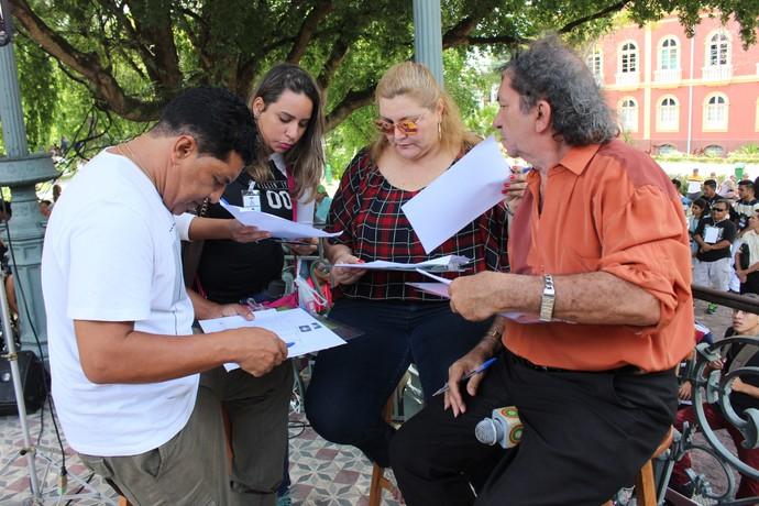 Notas foram avaliadas com cuidado pelos jurados e a produção do 'Paneiro' (Foto: Katiúscia Monteiro/ Rede Amazônica)