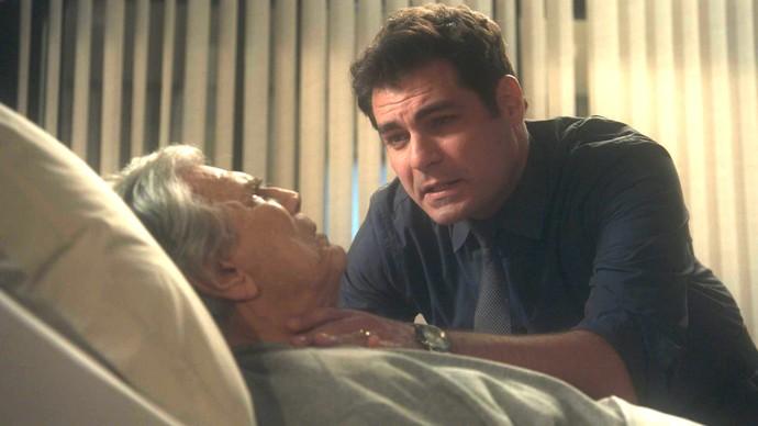Ciro tenta fazer maldade com Fausto enquanto ninguém vê (Foto: TV Globo)