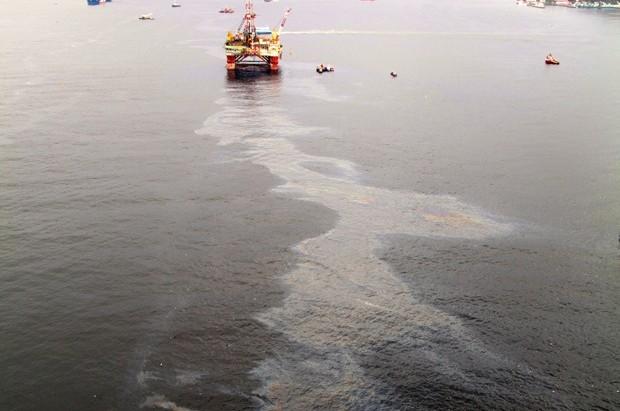 Mancha provocada por vazamento de óleo no oceano (Foto: G1)
