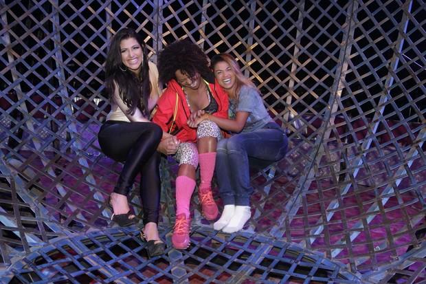 Adriana Bombom desafia MC Sabrina e Mari Silvestre em globo da morte
