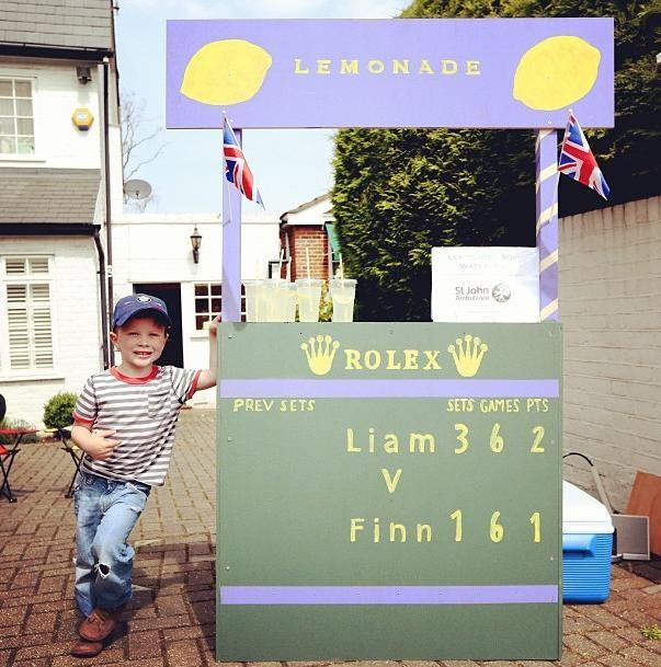 Liam Sthepan vende limonadas em Wimbledon (Foto: Reprodução/Instagram)
