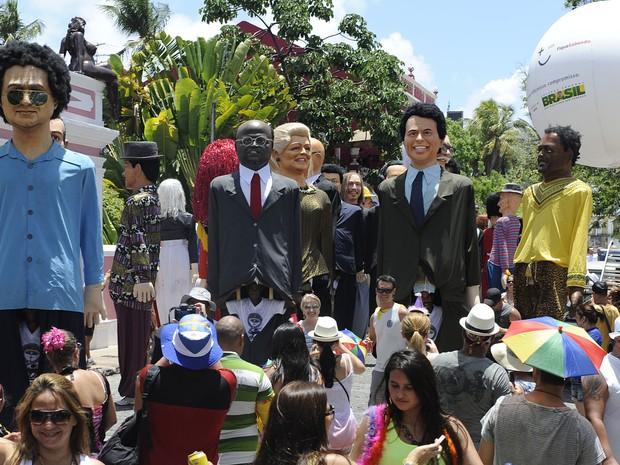 Desfile de bonecos gigantes, no sítio histórico de Olinda, nesta segunda-feira de carnaval (Foto: Diego Moraes / G1)