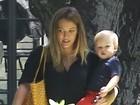 De shortinho, Hilary Duff mostra boa forma em passeio com o filho