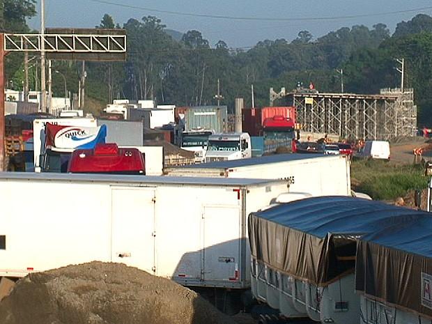 Caminhões na BR-262, em Cariacica, Espírito Santo (Foto: Reprodução/TV Gazeta)