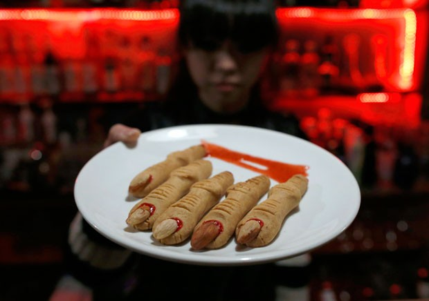 Biscoitos em forma de dedos são servidos no bar temático (Foto: Kim Kyung-Hoon/Reuters)