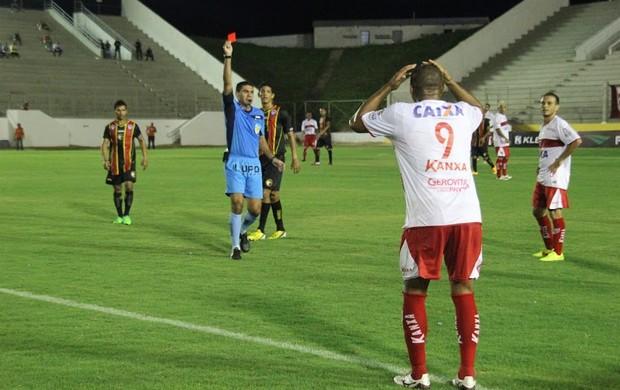 Atacante do CRB, é expulso após cometer falta feia em Marcelo, do Globo (Foto: Fabiano de Oliveira)