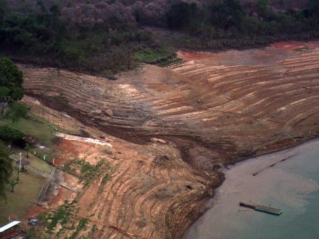 Um dos seis reservatórios do Sistema  Cantareira chegou ao nível operacional zero - GNews (Foto: Reprodução/GloboNews)