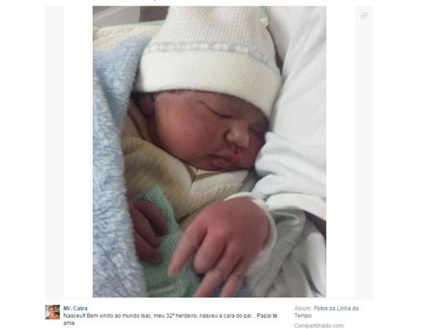 Mr. Catra postou no Facebook foto do filho: 'Nasceu! Bem vindo ao mundo, Isac, meu 32º herdeiro, nasceu a cara do pai... Papai te ama' (Foto: Reprodução/Facebook/Mr. Catra)