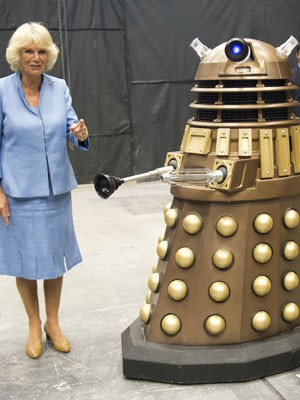 A duquesa da Cornualha, Camilla Parker-Bowles, posa ao lado de um Dalek, um dos vilões da série 'Doctor Who' (Foto: Arthur Edwards/Reuters )