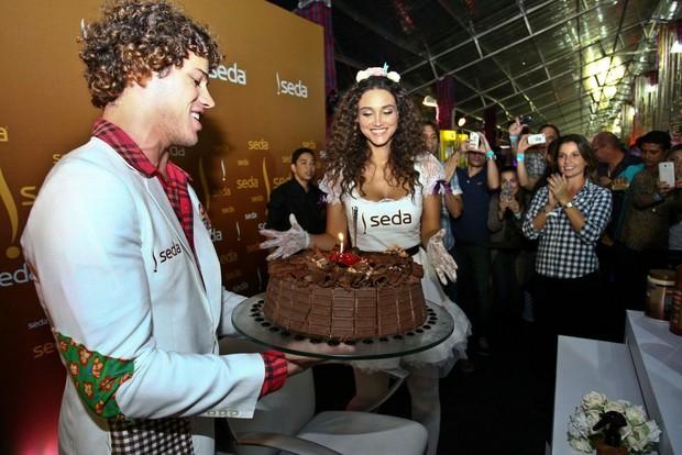 José Loreto e Débora Nascimento (Foto: Marcelo Loureiro/Divulgação)
