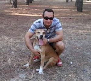 Javier Limón Romero com o cão Excalibur em foto sem data  (Foto: PACMA/AP)