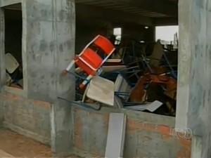 Salas inacabadas viraram depósito de materiais velhos que não são mais utilizados pela escola (Foto: Reprodução/TV Anhanguera)