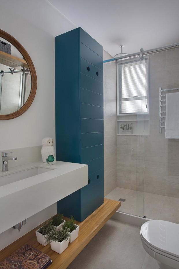banheiro-porcelanato-armário-azul (Foto: Juliano Colodeti – MCA estúdio)
