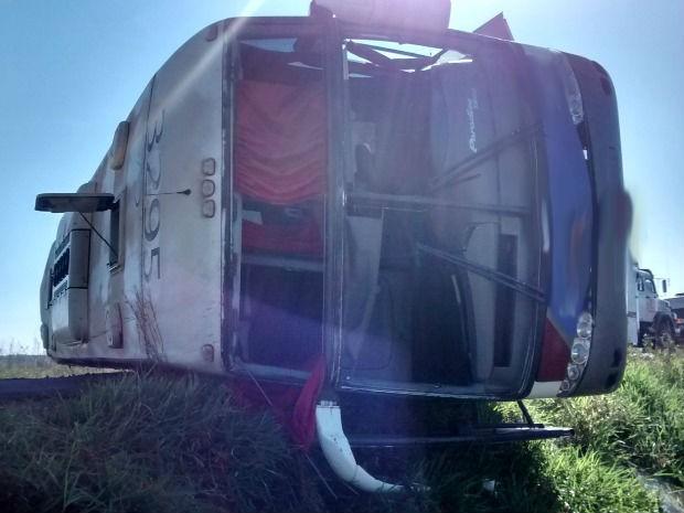 Ônibus com onze pessoas tombou em Bataguassu (Foto: Cipó)