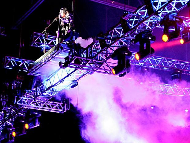 Gene Simmons sobe a 10 metros de altura durante show do Kiss em Brasília (Foto: Gustavo Schuabb/G1)